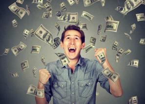 Fröhlicher Mann im Geldregen